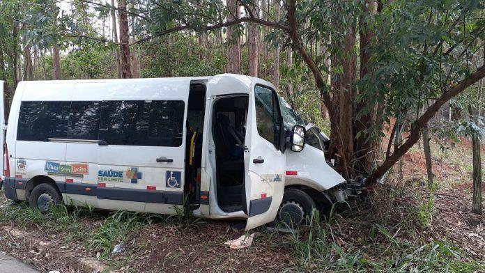 Ao todo, sete pessoas estavam na van, que acabou batendo contra árvores.