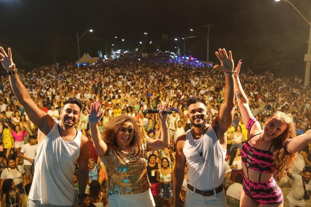 A cantora Carol Gava se apresenta no palco da 1ª Avenida do Pontal, neste sábado (4). Foto: Felipe Reis/PML