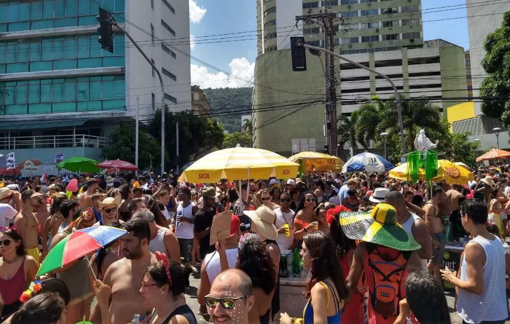 Uma multidão de foliões é aguardada nos blocos de Carnaval.