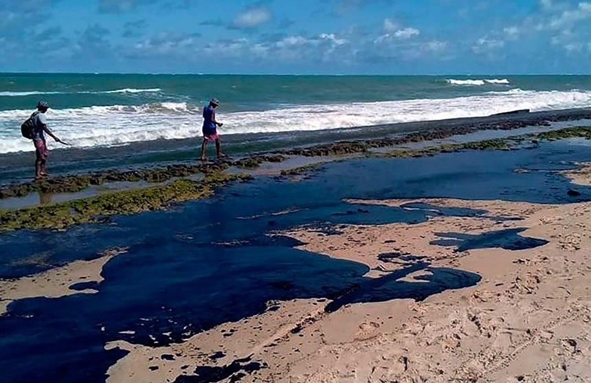 Governo Federal liberou o pagamento de R$ 1.996 aos pescadores afetados pelo derrame de óleo no litoral brasileiro, que atingiu 126 municípios, em mais de 803 localidades. Foto: Simone Santos/Projeto Praia Limpa
