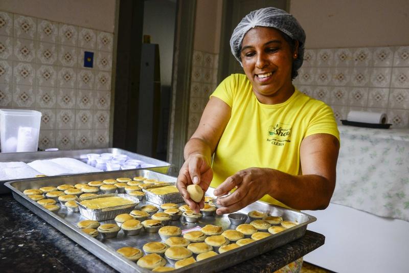 Clébia Santos produz empadas para festas e também encomendas - Foto: Elizabeth Nader / PMV