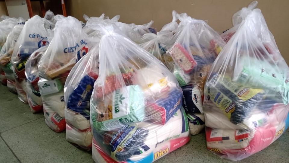 Secti doa 60 cestas básicas para alunos do CEET Vasco Coutinho