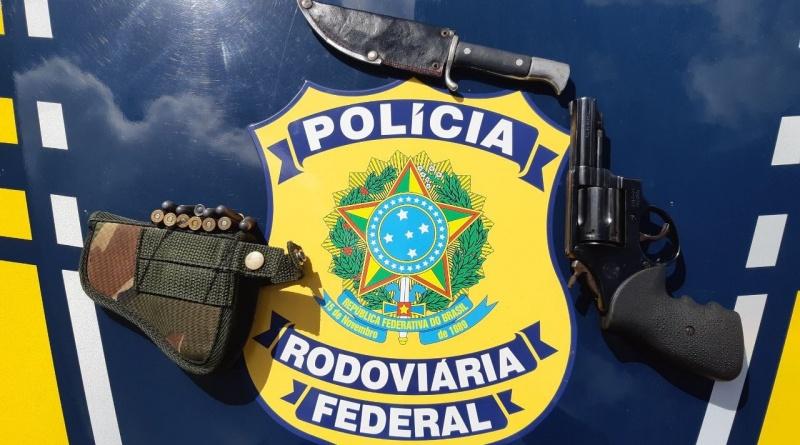 PRF apreende arma e munições na BR 101 em João Neiva