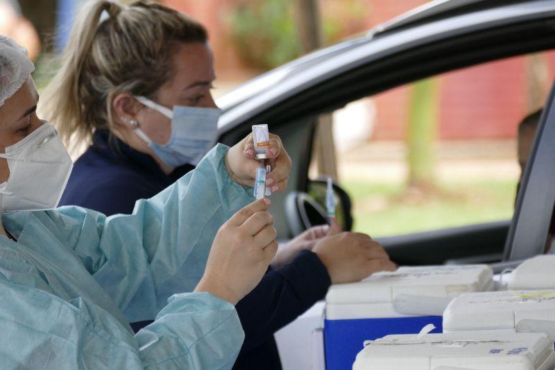 Vacinação contra a covid-19 em drive-thru montado em Brasília - (Foto: Roque de Sá/Agência Senado - 23.03.2021)