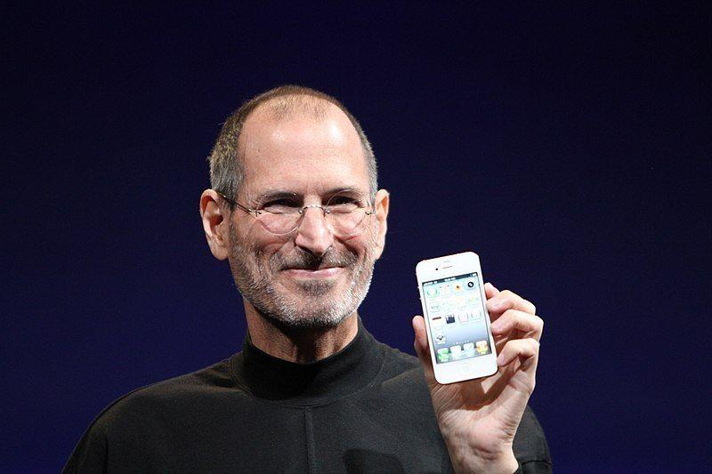 Steve Jobs, um dos fundadores da Apple, em evento de lançamento de um dos modelos do iPhone - (Foto: Wikimedia Commons)