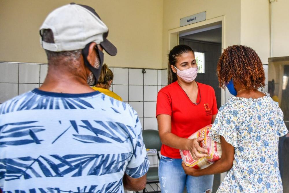 Linhares distribui cestas básicas doadas pelo Governo Federal a pessoas atendidas no município