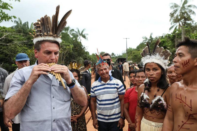 Bolsonaro durante visita a comunidade indígena no Amazonas: 'Eles querem produzir' - (Foto: Marcos Corrêa/PR - 27.05.2021)
