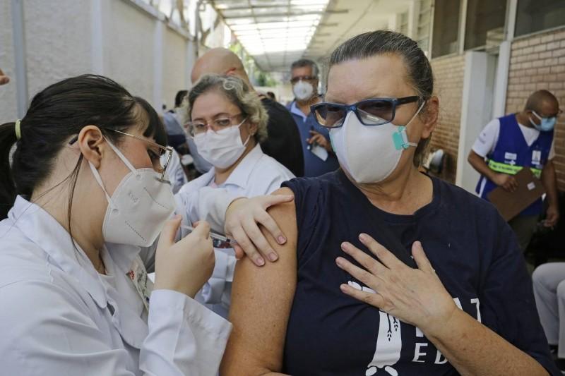 Cerca de 58% do grupo prioritário já tomaram a primeira dose da vacina - (Foto: Nelson Antoine/Estadão Conteúdo - 6.5.2021)