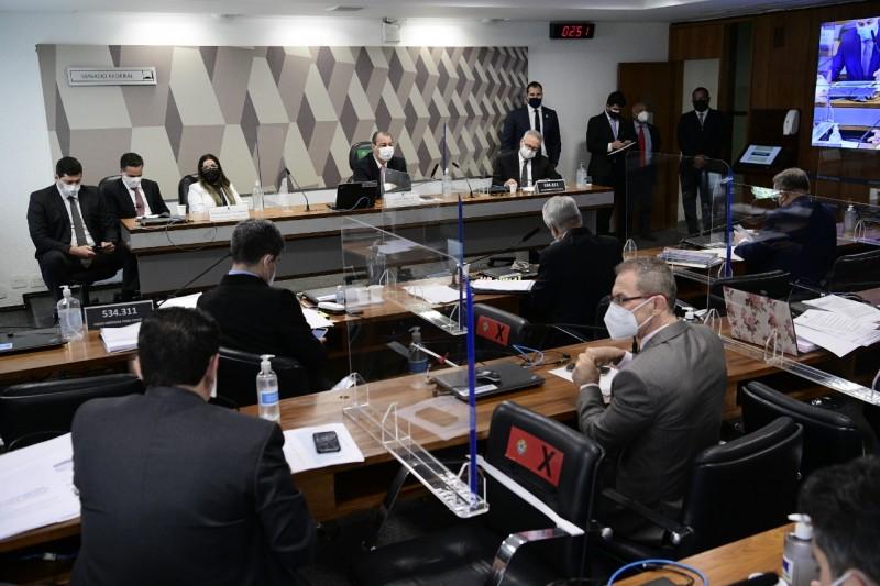 Diante da recusa de Emanuela Medrades de falar à CPI, o presidente da comissão, Omar Aziz, decidiu suspender a reunião e apresentar embargo de declaração para que o STF defina os limites do direito ao silêncio da depoente. - Agência Senado