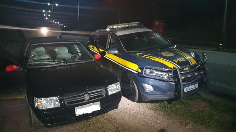 Durante fiscalização, uma equipe da PRF abordou um veículo Fiat/Uno.