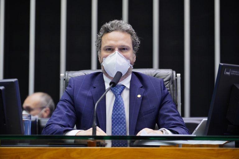 Fred Costa: projeto coíbe laudos falsos de Covid-19 ou de comorbidades - (Foto: Pablo Valadares/Câmara dos Deputados)